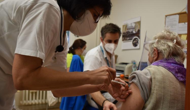 V centrech sociální péče v Praze 6 se začalo očkovat proti koronaviru