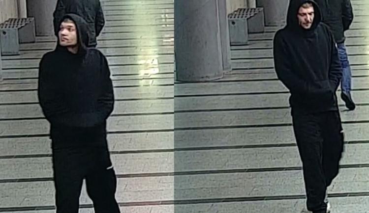 VIDEO: Muž v metru pěstmi zaútočil na devadesátiletou ženu. Policie hledá svědky