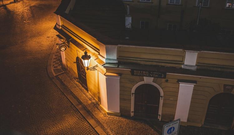Žena v noci vypadla z okna u Karlova mostu. Zřejmě chtěla spáchat sebevraždu