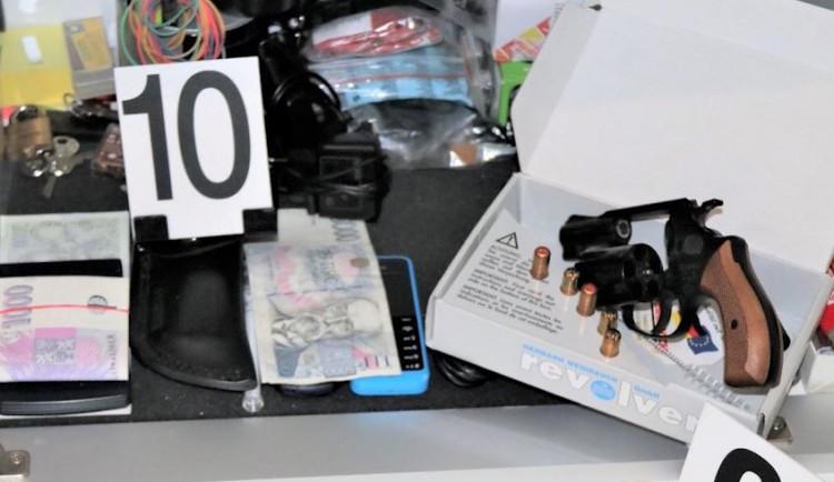 VIDEO: Pražští policisté chytili dealery pervitinu a kokainu. Těm teď hrozí dvanáct let ve vězení