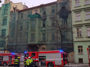 FOTO: V centru Prahy hořel dům. Požár zastavil tramvajový provoz