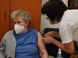 Ve Všeobecné fakultní nemocnici poprvé očkovali seniory objednané přes registr