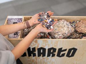 FOTO: Kongresové centrum bude mít nábytek vyrobený z recyklovaných katalogů