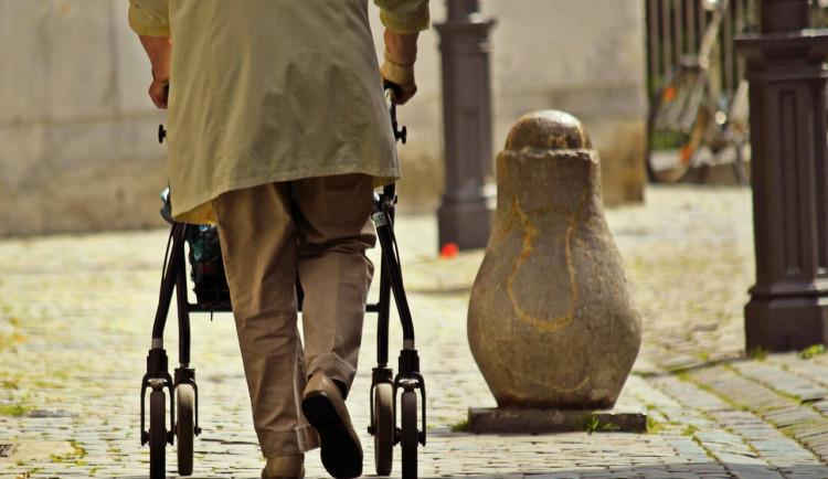 Pražským seniorům pomohou náramky pro přivolání pomoci. Magistrát bude tento systém rozvíjet