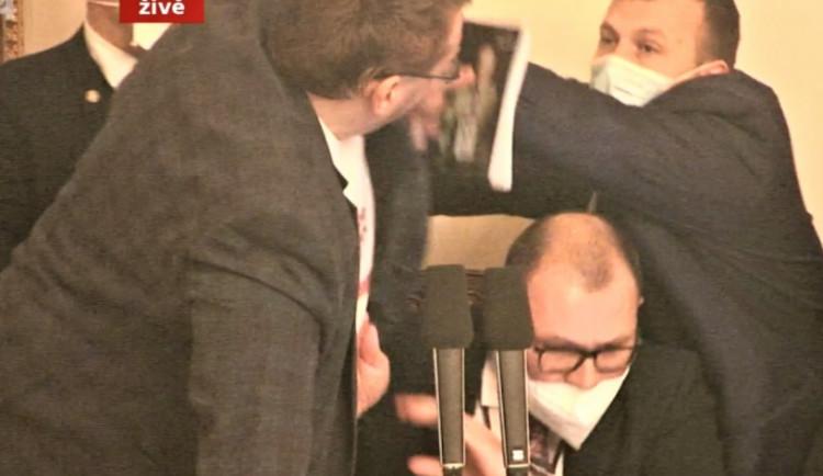 Ve Sněmovně došlo k fyzické potyčce. Poslanci se poprali u předsednického pultíku