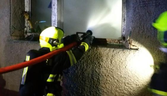Noční požár bytu v Praze 6 zlikvidovali profesionální i dobrovolní hasiči