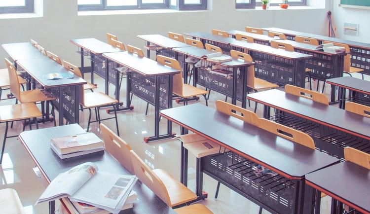 Závěrečné ročníky se budou moci vrátit do lavic. Lesní školky zůstanou nadále zavřené