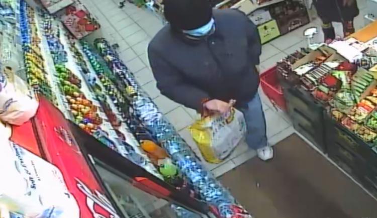 FOTO: Policisté pátrají po muži, který s nožem v ruce přepadl prodejnu v Praze 6