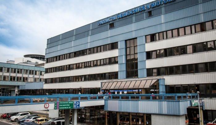 Objevila se poplašná zpráva týkající se zhoršeného zdravotního stavu lékařů po očkování. Nemocnice v Motole podává trestní oznámení
