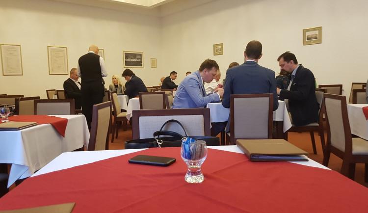 Člen Trikolóry kritizoval otevřenou parlamentní restauraci. Podle zákona je však otevřena legálně