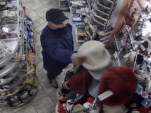 VIDEO: Muž přepadl trafiku na Žižkově. Nepoznáváte ho?