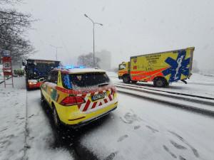 Na Chodově se srazily dva autobusy. Na místě je pět zraněných