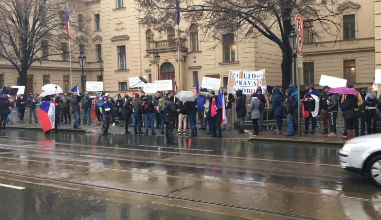 FOTO, VIDEO: Demonstranti jsou u Úřadu vlády. Na protest dohlíží policie
