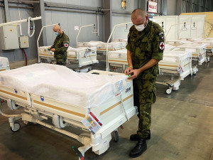 Polní nemocnici v Letňanech již začali likvidovat vojáci. Prázdná má být do 19. února
