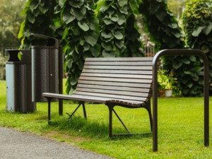 Praha 6 zachová lavičky na veřejných místech. Ty s reklamou budou nahrazeny novými