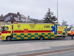 Záchranáři převážejí covid pozitivní pacienty ze západu Čech do Prahy