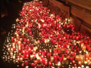 V Praze protestují studenti. Před ministerstvo pokládají svíčky kvůli úpravě maturit