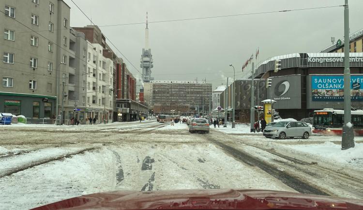 Kalamita v Praze. Sníh výrazně komplikuje dopravu, stalo se několik nehod