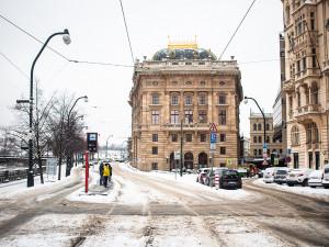 Sníh komplikuje dopravu v Praze i dnes. Spoje nejezdí nebo mají zpoždění
