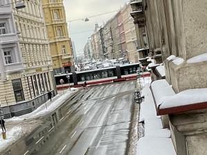 Tramvaj srazila ženu v Praze. Nehoda zablokovala provoz
