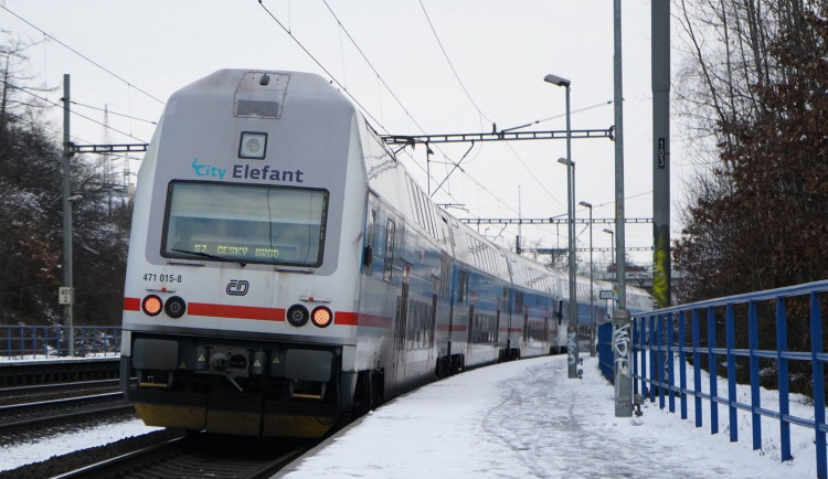 Kvůli sněhu a mrazu nejezdí třetina vlaků City Elefant. Příměstské linky nabírají zpoždění