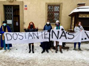 Před Sněmovnou protestují středoškoláci v županech a v pyžamech. Chtějí se vrátit do škol