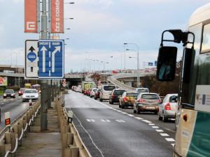 Strakonickou ulici čeká rozšíření. Vzniknout má pruh pro autobusy a záchranáře
