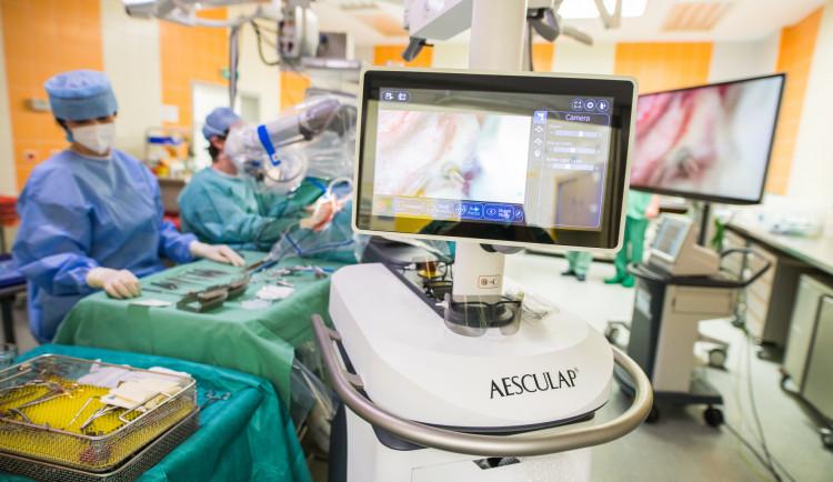 V Motole lékařům při operacích nově pomáhá 3D mikroskop