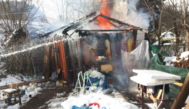 V Praze hořel zahradní domek. Hasiči dostali požár rychle pod kontrolu