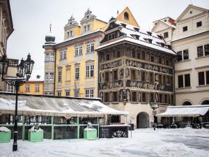 Pozor na padající sníh ze střech. Kvůli oblevě hrozí riziko a chodci by měli být opatrní