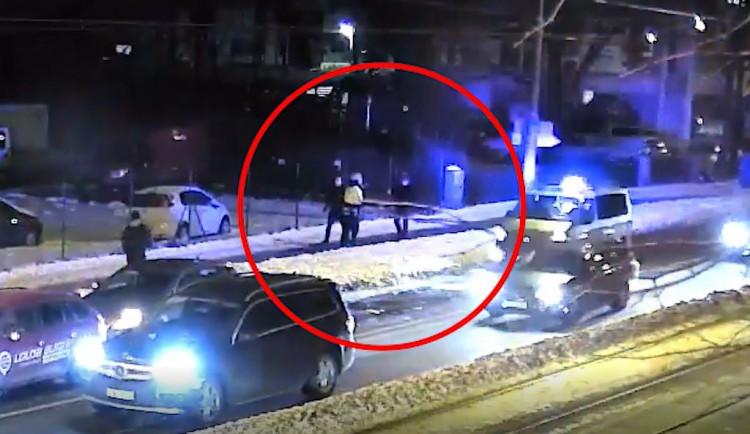 Muž pobíhal mezi auty, natáčel policistupři řešenínehody adal mu pěstí. Hrozí mu vězení