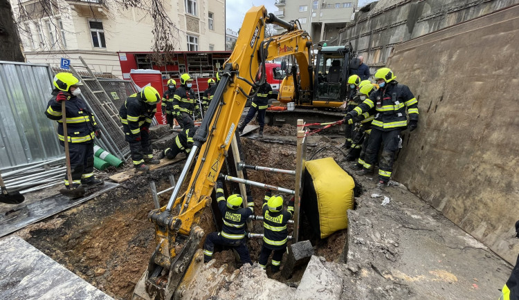 Zasypaného dělníka na Smíchově hasiči vyprostili po dlouhých šesti a půl hodinách
