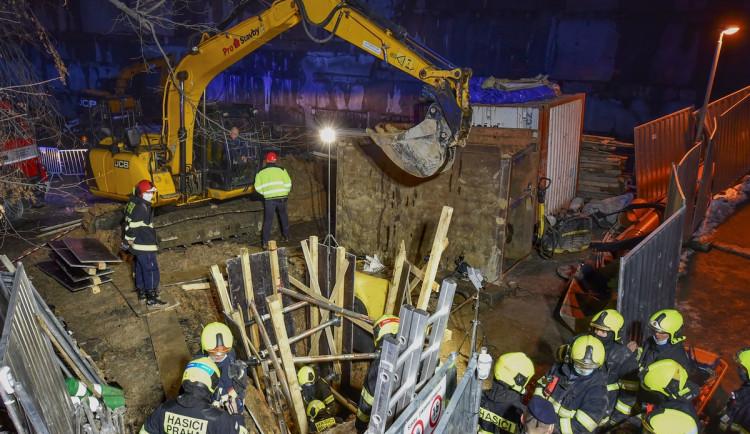 Dělník, kterého zasypala hlína ve výkopu v Praze, nepřežil. Smrt řeší kriminalisté