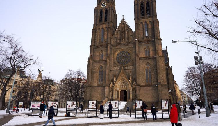 Venkovní výstava na náměstí Míru připomíná roli katolické církve v době komunismu