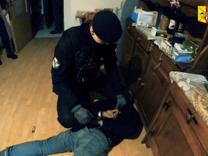 Policisté zadrželi dvojici mužů, která oloupila seniorku v jejím bytě v Praze 7. Hrozí jim deset let vězení