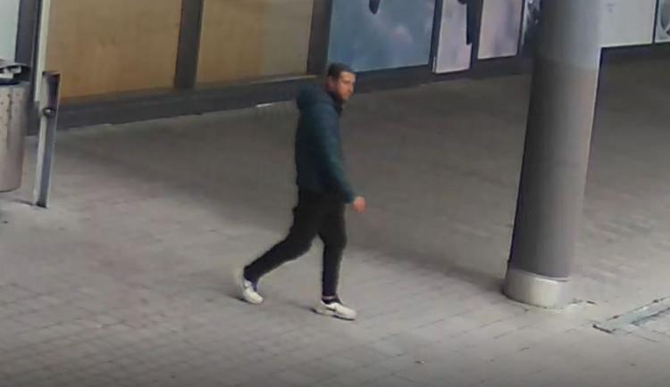 Agresor v Praze přepadává seniory, když odemykají dveře. Osmdesátileté ženě zlomil nohu