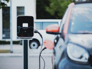 Do pěti let by mělo být v Praze 750 dobíjecích stanic pro elektromobily
