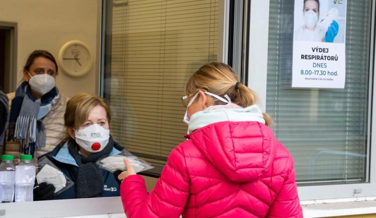 Které pražské městské části rozdávají respirátory zadarmo? Podívejte se na velký přehled
