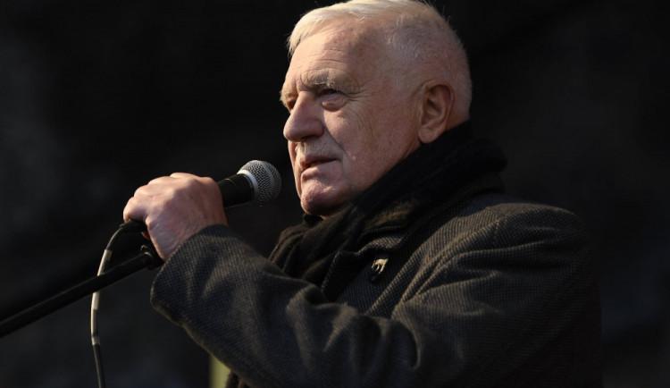 Václav Klaus, který onemocněl koronavirem, je zarytým odpůrcem vládních opatření, roušek i očkování