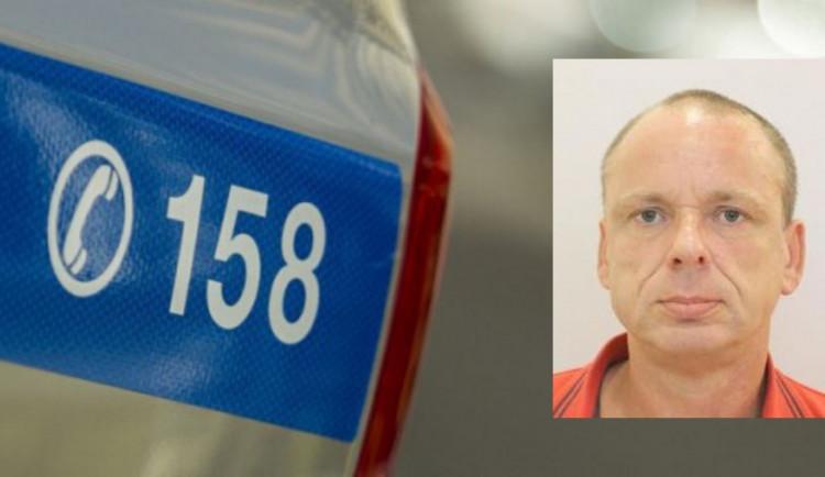 Muž se zbraní vyloupil poštu v Praze. Teď po něm pátrá policie