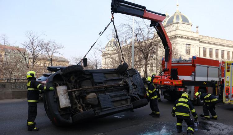 Auto na boku v ulici Legerova blokovalo dva jízdní pruhy. Hasiči jej vrátili zpět na kola pomocí hydraulické ruky