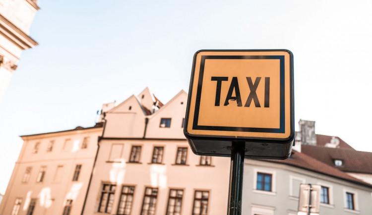 Muž odmítl zaplatit za taxík. Skončil s pouty na rukou a s pokutou dva tisíce korun