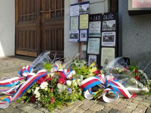 Politici dnes dopoledne na Václavském náměstí uctili památku Jana Zajíce, který se na protest proti režimu upálil před 52 lety