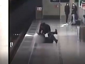 Hádka kvůli nenasazené roušce přerostla v surové napadení seniora. Po útočníkovi pátrá policie