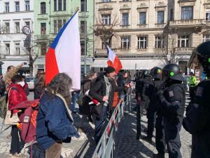 V Praze dnes protestovaly stovky lidí. Policisté kvůli demonstracím uzavřeli Václavské i Staroměstské náměstí