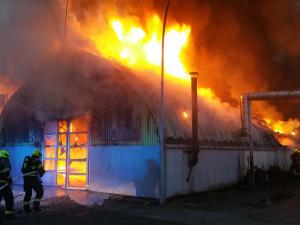 V Praze dnes ráno hořel autoservis. Dvě osoby skončily v péči záchranářů