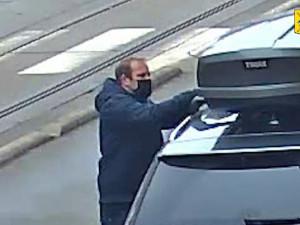 """Policisté pátrají po zloději """"rakví"""". Neznámý pachatel krade střešní boxy ze zaparkovaných aut"""