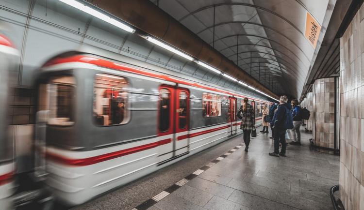 Intervaly pražského metra se ode dneška prodlouží. Kvůli koronaviru ubylo cestujících