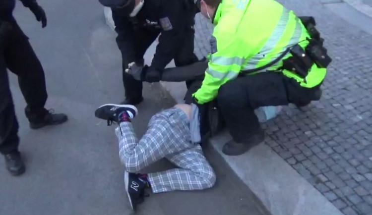 Muž si nechtěl nasadit respirátor. Strážníci muže zpacifikovali a skončil na služebně