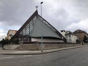 Základní kámen moderního strašnického kostela z 90. let posvětil papež Jan Pavel II.